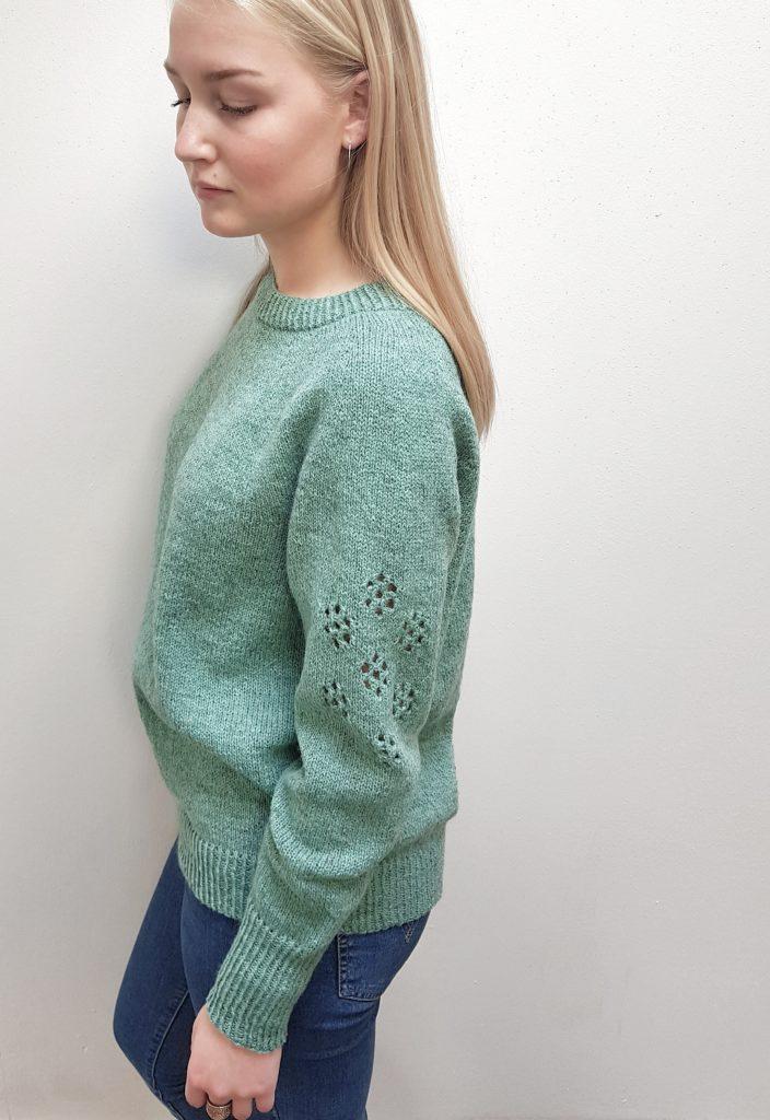 grøn sweater, side stående